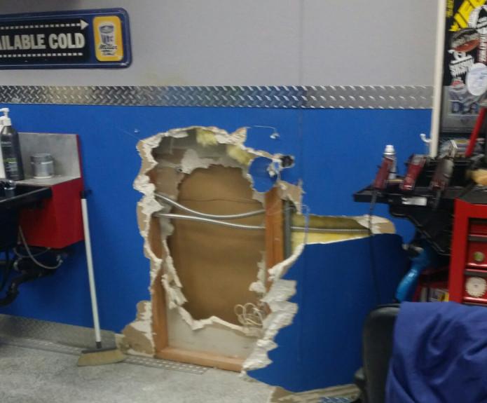 圖說:河濱縣坦密庫拉市一家髮廊,因隔壁是家大麻藥店,半年內兩次遭竊賊深夜潛入打洞穿牆去隔壁大麻藥店行竊。(取自臉書)