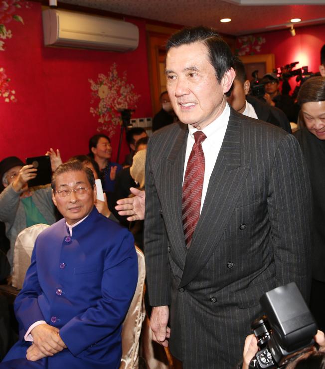 前總統馬英九出席新書發表會,與中華統一促進黨總裁張安樂(左)沒有特別互動。(記者杜建重/攝影)