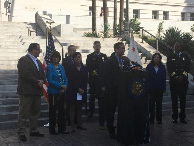加州民主黨國會議員、洛杉磯縣政委員、洛杉磯市長、警消和老師代表12日上午在洛杉磯市政大廳門前抨擊共和黨稅改案對辛勤勞動的家庭不公平。(記者張敏毅/攝影)