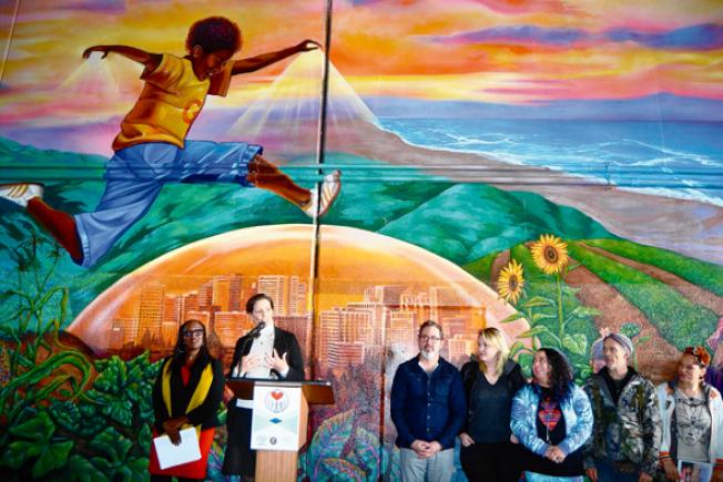 屋崙「超級英雄壁畫」項目第四期11日揭幕,市長薛麗比等人參加。(記者劉先進/攝影)