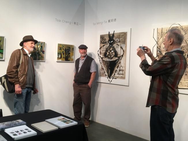 洛杉磯參展民眾特地停下來與台灣藝術家蔡正一作品拍照留念。(記者謝雨珊/攝影)