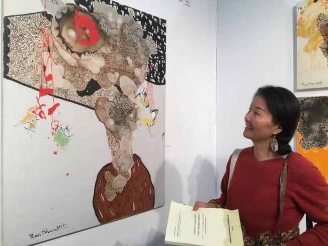 藝術評論家季若霄高度評價台灣藝術家作品。(記者謝雨珊/攝影)