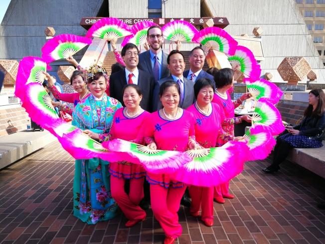 花園角健身舞隊與四位州議員共同表達農曆新年帶給亞太裔社區的歡樂。(記者黃少華/攝影)