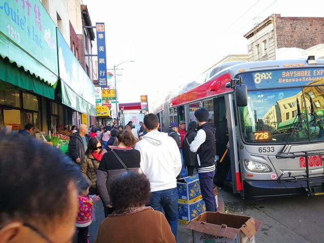 華埠商家在人行道上的擺賣以及龐大的人流量是部分商戶質疑安全性的地方之一。(記者黃少華/攝影)