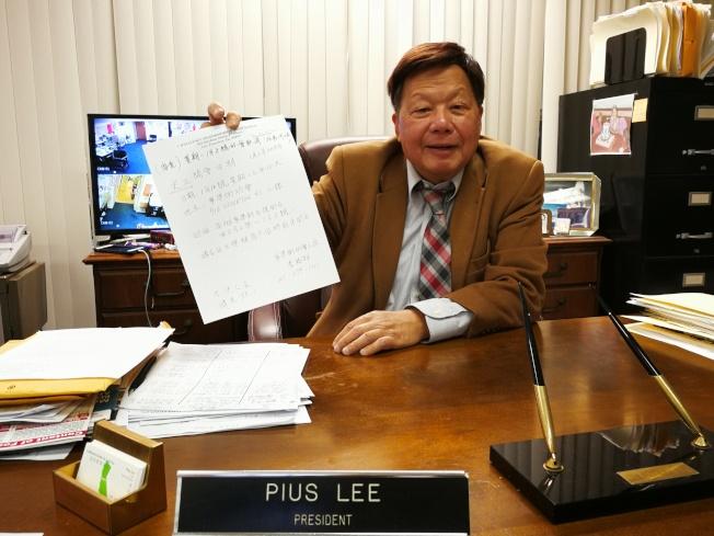 華埠街坊會主席李兆祥強調已按規定買足街會的保險,因為照顧更多商戶,推遲了關於街會的開會時間。(記者黃少華/攝影)