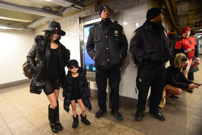 華裔Claudia 和小女兒Amanda首次參加,一身黑色系,大方擺出pose。