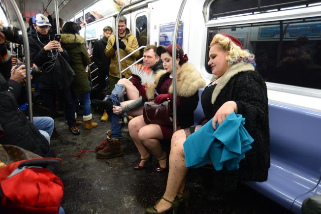 一對復古打扮的姊妹淘,脫下裙子,展露蕾絲吊帶襪,立刻吸引注眾多眼球。