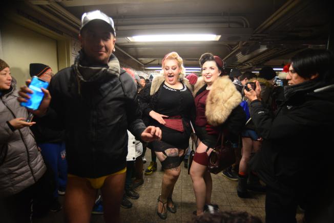 一身復古加上蕾絲吊帶襪打扮的姊妹淘,在聯合廣場地鐵站與其他參與者狂歡。