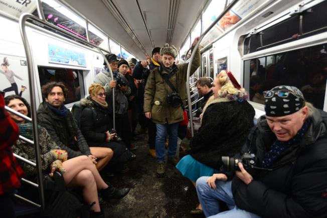車廂內擠滿媒體記者及攝影同好。
