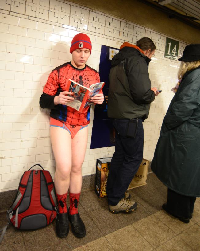 蜘蛛人也參加「不穿褲子搭地鐵」。