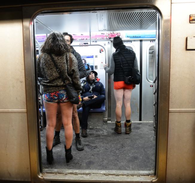 參與者穿著內褲搭地鐵。