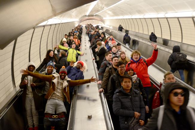 參加「不穿褲子搭地鐵」的乘客,進入曼哈頓34街7號地鐵站時,興奮無比。