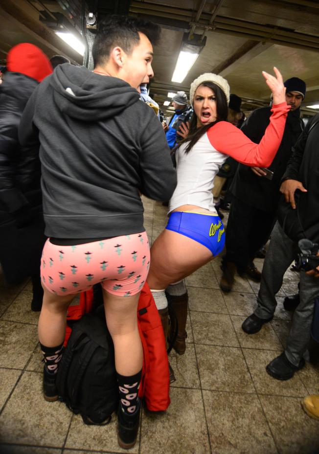 「不穿褲子搭地鐵」參與者盡情展露「內在美」。