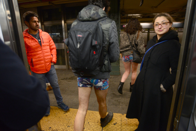 一對參與者穿著內褲走出車廂時,一旁乘客好奇注目。