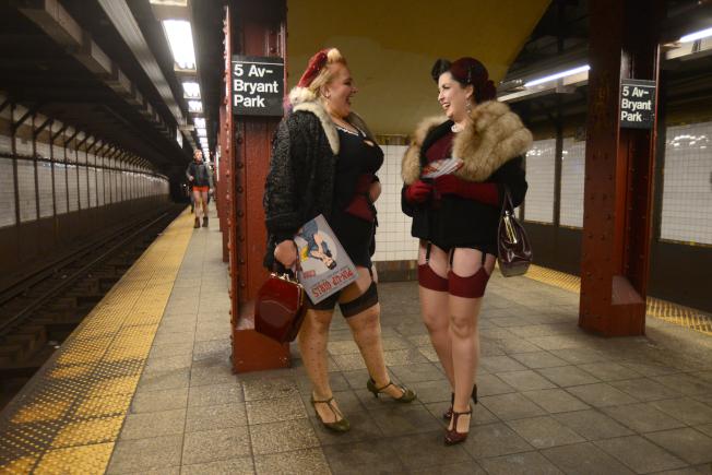 一身復古加上蕾絲吊帶襪打扮的姊妹淘,在月台上若無其事看著雜誌、聊天。