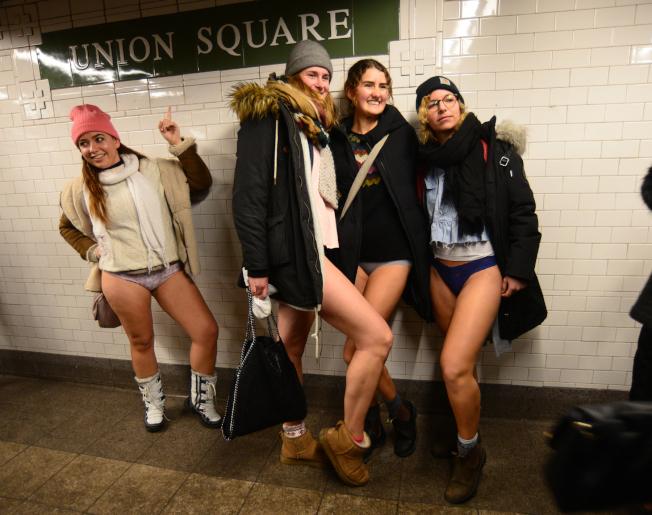 「不穿褲子搭地鐵」參與者在活動終點-聯合廣場站聚集。