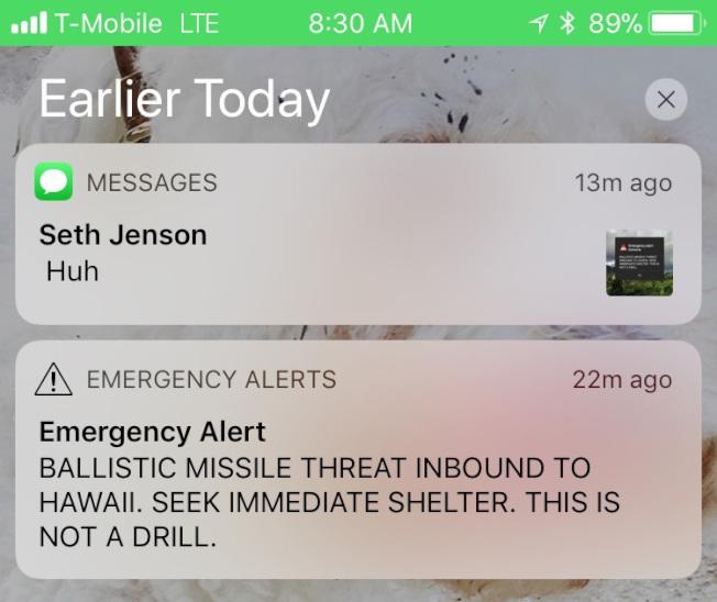 手機緊急警報的螢幕截圖警告「彈道飛彈襲向夏威夷」開始瘋傳,引發社群媒體一陣騷動後,美國官員迅速出面澄清稱,那是一項假警報。(美聯社)