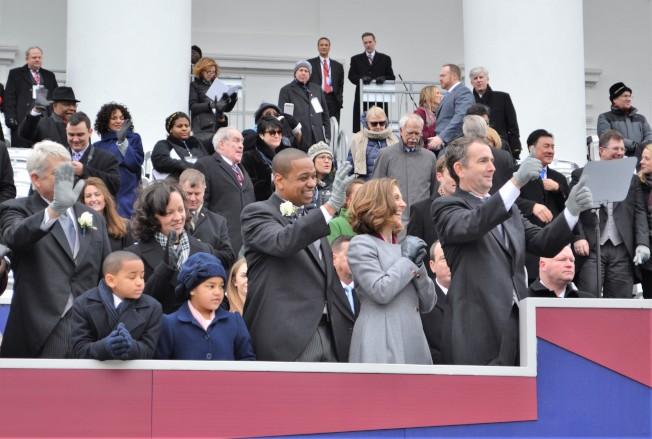 維州新州長諾譚和第一夫人(右一、二)、副州長費爾法克斯全家(右三、四)觀賞就職遊行。(特派員許惠敏/攝影)