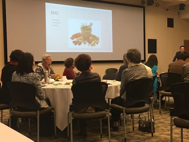托倫斯紀念醫學中心與南灣松柏社舉辦新春保健講座,邀請華裔醫師蔡泰瑞講述 「常用草藥」的益處與壞處。(記者謝雨珊/攝影)