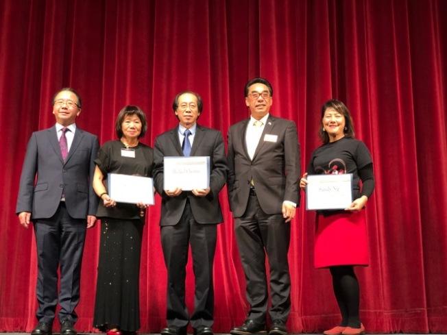 蒙特利公園市市長林達堅(右二)、市議員陳贊新(左一)為主辦方頒發感謝狀。(記者張宏/攝影)