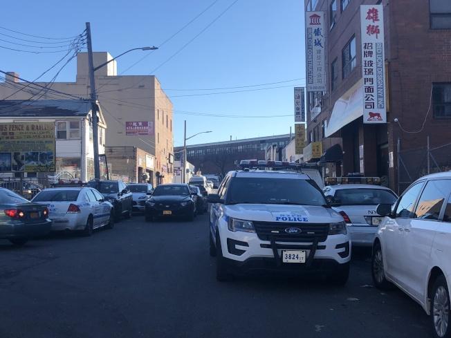 13日事發地樓下警車停靠在路邊。(記者陳小寧/攝影)
