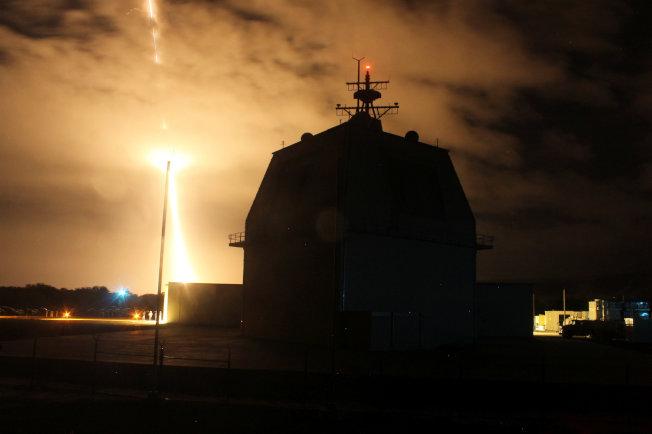 夏威夷州政府人員誤發飛彈來襲的緊急警報,造成虛驚。圖為美軍2015年在夏威夷基地試射攔截飛彈。(路透)