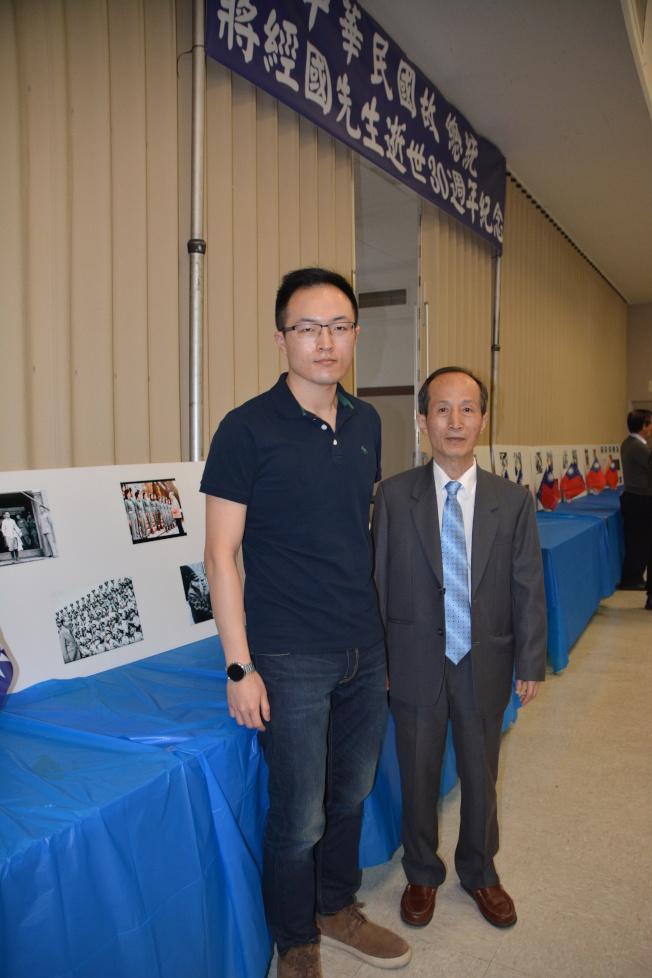 中國國民黨中央委員黃啟明(右)與同是國民黨二十全黨代表的兒子黃富駿參加活動。(記者高梓原/攝影)