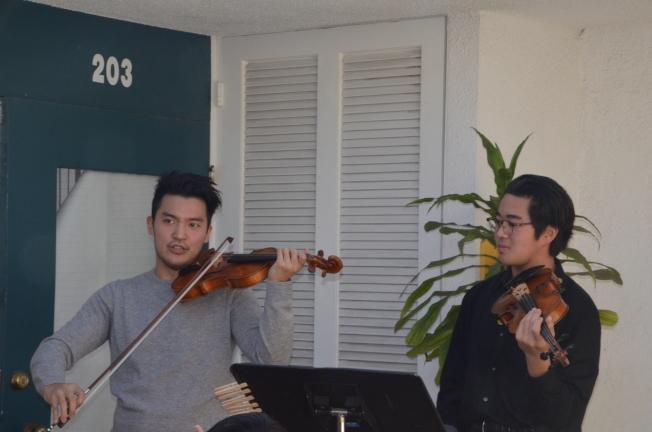 陳銳(左)現場指導華裔青少年小提琴手Leo(右)。(記者王全秀子/攝影)