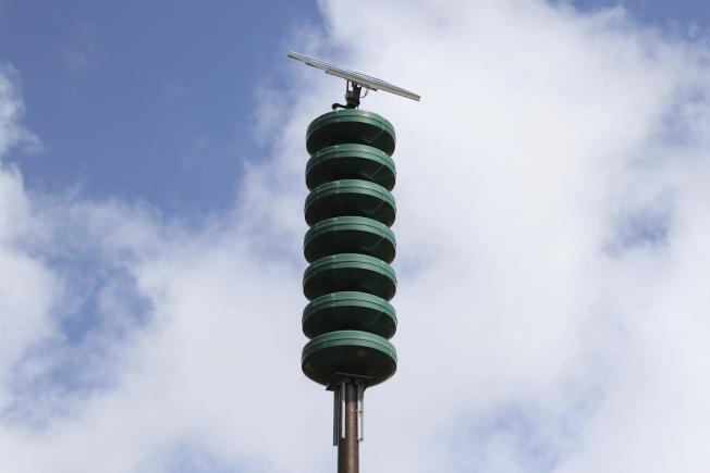夏威夷州政府人員誤發飛彈來襲的緊急緊報,造成混亂,圖為夏威夷民防預警系統的警報器。(美聯社)