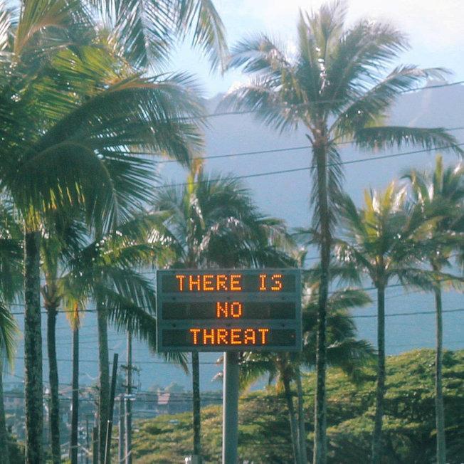 誤發警報後,夏威夷州官方透過不同管道,謀求補救。圖為一塊電子告示牌顯示「並無威脅」。(路透)