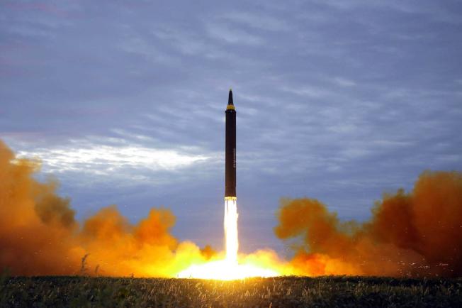 夏威夷州政府人員誤發飛彈來襲的緊急警報,圖為北韓去年試射洲際彈道飛彈。(美聯社)