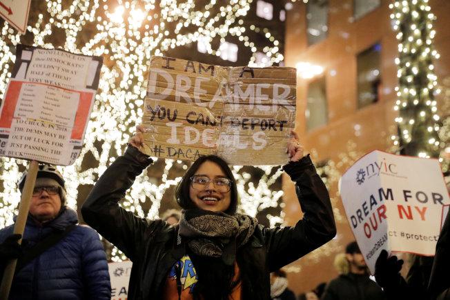 夢想生曼杜沙(中)在紐約參加示威,要求夢想生法案單獨立法。(路透)