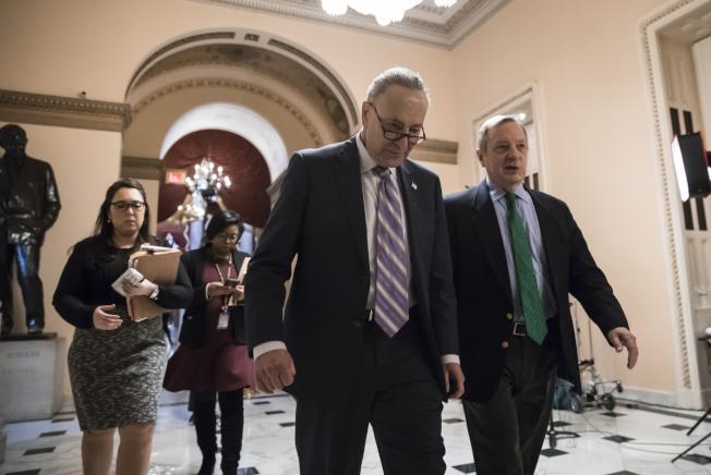 民主黨國會參院少數黨領袖舒默(中)與同黨籍議員德賓希望與共和黨協商立法解決夢想生法案。(美聯社)