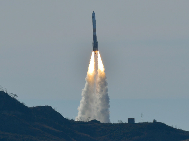 載有間諜衛星的擎天神四號火箭,在范登堡空軍基地升空。(美聯社/聖塔瑪麗亞時報)