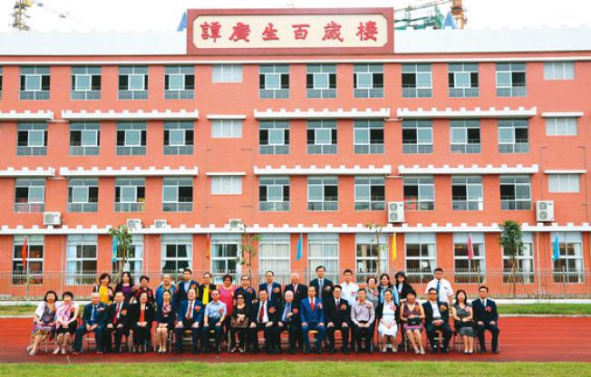 譚廣生捐獻百萬美元在故鄉廣東開平興建的百歲樓,於去年11月啟用時,由兒子譚瑞璋及家人主持開幕禮。(取材自開平廣播電視台網路照片)