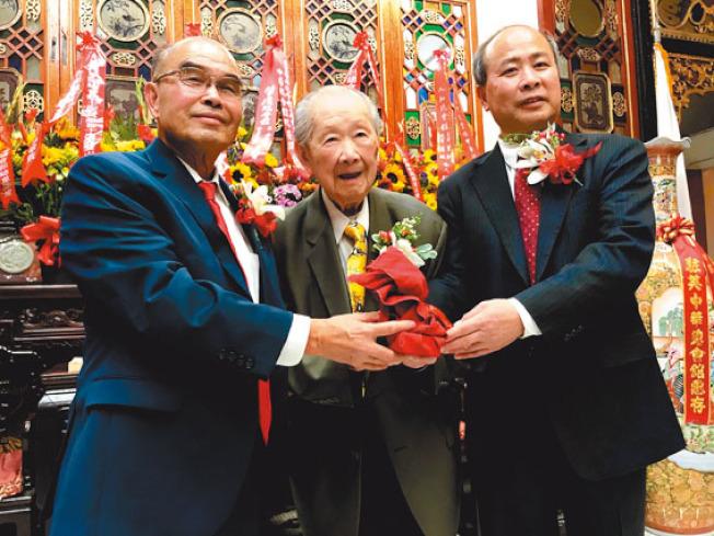 去年譚廣生(中)第二度擔任中華總會館總董,主席團成員包括寧陽主席黃惠喜(左)及合和主席余武良(右)。(本報檔案照片,記者李秀蘭攝影)
