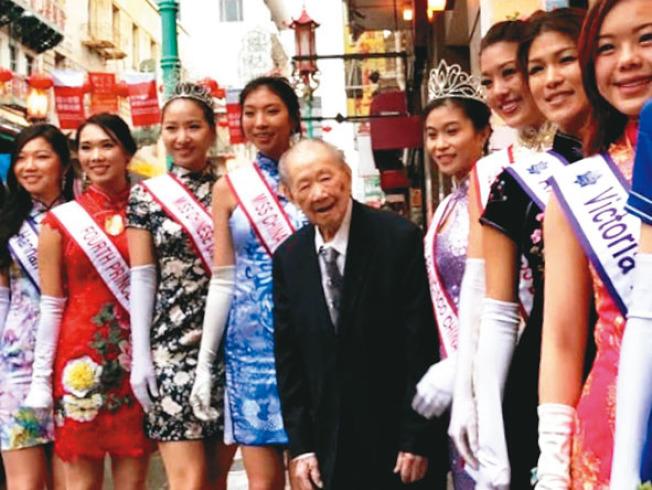 譚廣生(中)年年資助全美華埠小姐選美會,每年參選佳麗都專程到廣生隆拜訪他。(本報檔案照片,記者李秀蘭攝影)