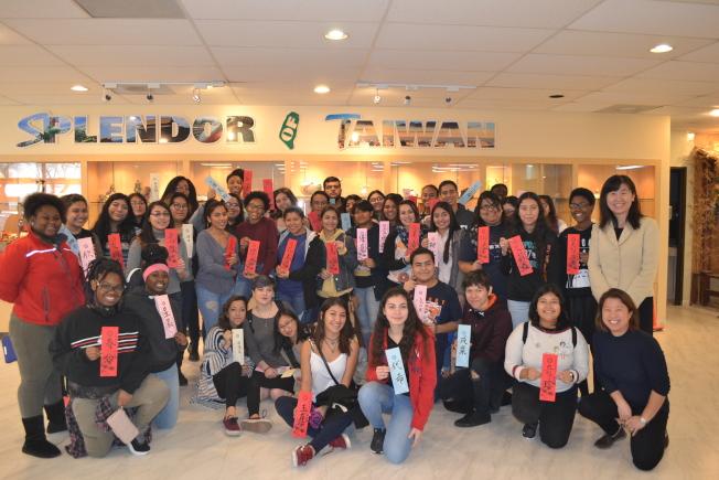 休士頓學區國際學院師生11日上午至休士頓華僑文教服務中心參訪,了解台灣之美。(圖/休士頓僑教中心提供)