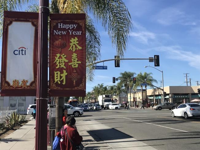 華洋商號齊參與,洛杉磯世界日報年節展與民共慶。(記者高梓原/攝影)