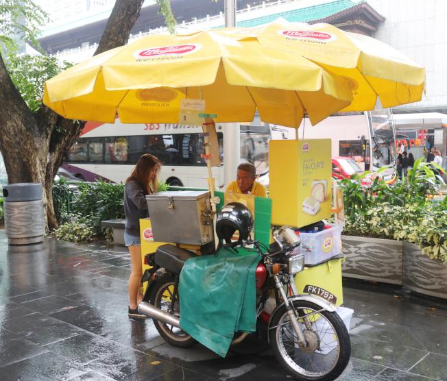 新加坡最道地的國民美食「麵包冰淇淋」,這種由三輪餐車販售的消暑聖品,饒富古早味,也能勾起童年回憶,洋溢著暖暖的幸福。(中央社)