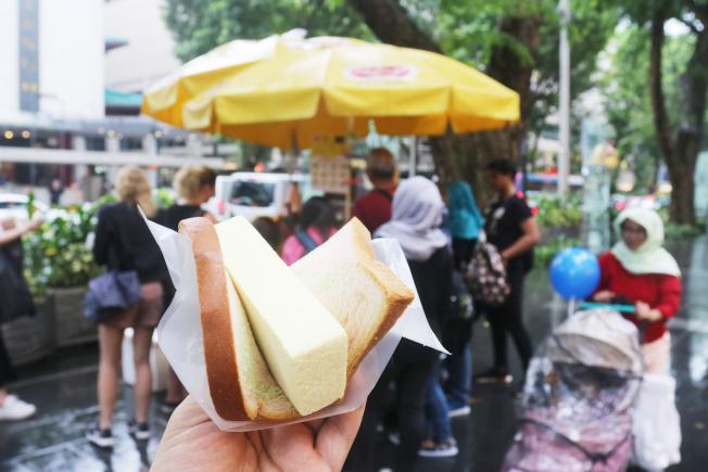 新加坡最道地的國民美食「麵包冰淇淋」,讓人食指大動,難忘美好滋味。(中央社)