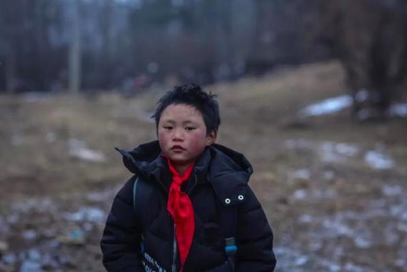 「冰花男孩」已經穿上了新的羽绒外套,都是愛心人士送的。圖/擷取自「都市時報」微信公眾號