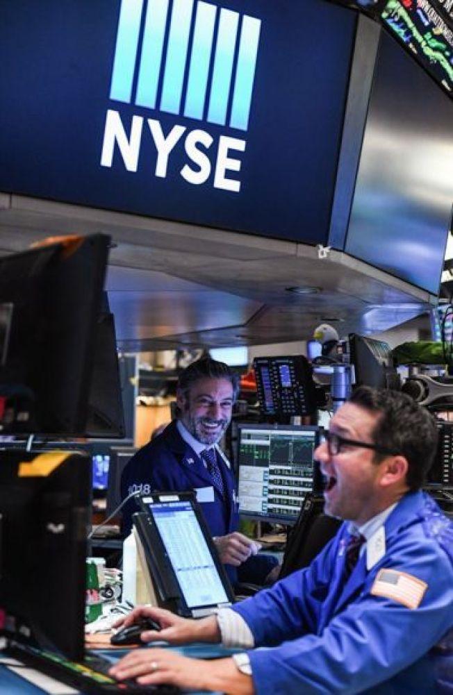 交易員在美國紐約證券交易所的交易大廳工作。 (新華社資料照片)