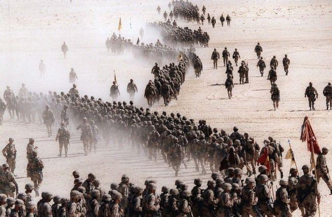 1990年,美國在沙烏地阿拉伯沙漠各地部署軍隊,準備打波灣戰爭。 美聯社