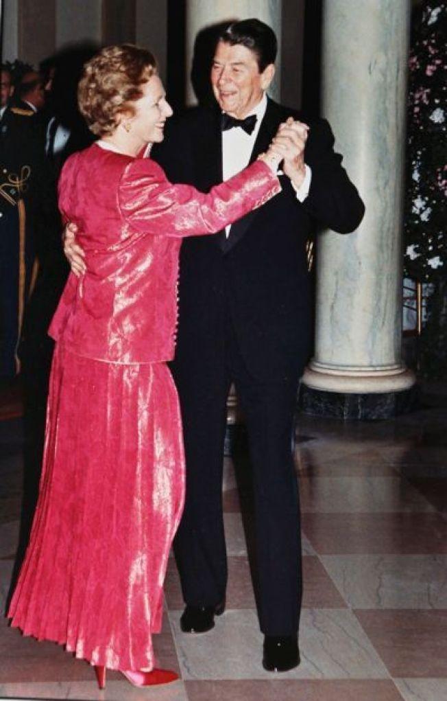 美國故總統雷根(右)與英國故首相柴契爾夫人,在1988年任內共舞的歷史鏡頭。 路透