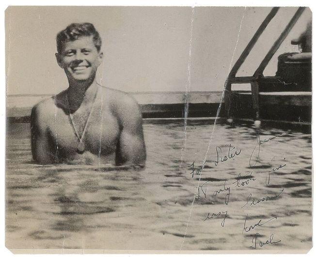 甘迺迪展現健美身材的舊照。 美聯社
