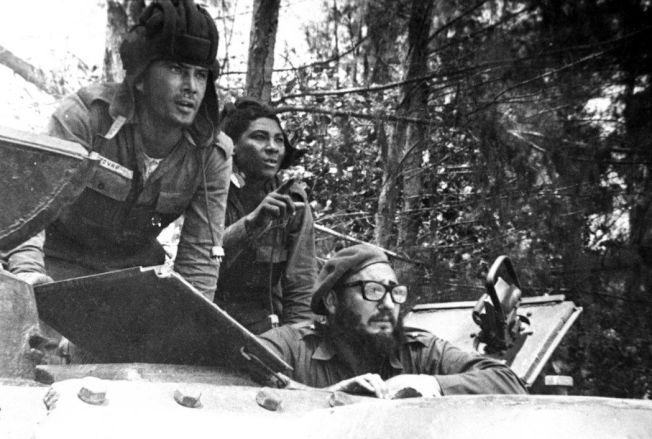 1961年豬玀灣事件發生,古巴領導人卡斯楚(下)從軍車探頭朝敵軍方向望。 美聯社
