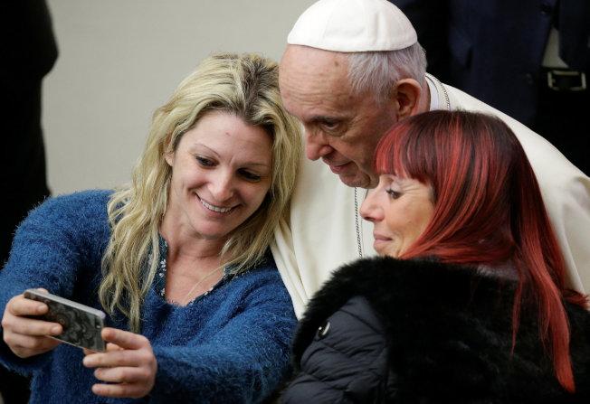 手機與網路風行,天主教宗也不能免俗,與信眾玩起自拍。(路透)