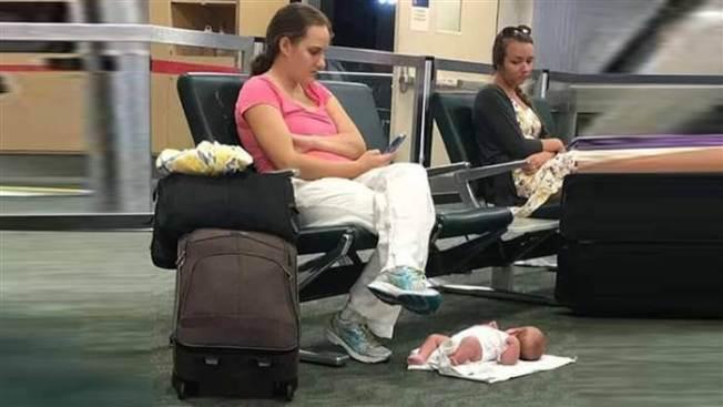莫莉.蘭辛把女兒放在地上,被人拍照貼在網上,引起巨大反應。(取自臉書)