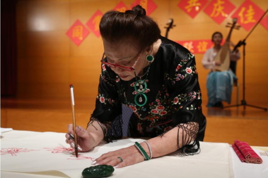 書畫大師麥施去年在中國駐美大使館中秋招待會上現場揮毫。(本報檔案照)